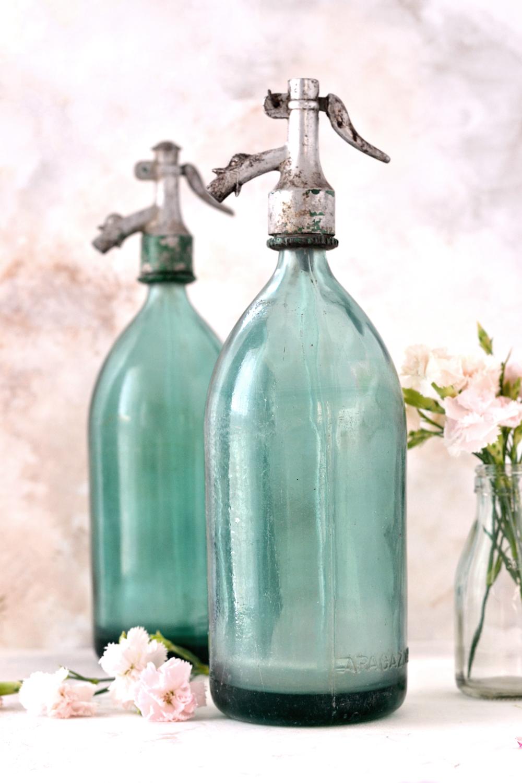 Tutorial DIY: Cum decoram frantuzesc sticle vechi de sifon, in doar 5 minute